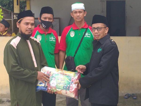 Penyerahan Paket Sembako kepada Ketua Ranting Angkaman